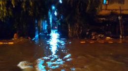 বৃষ্টি-অবরোধে নাজেহাল শহর