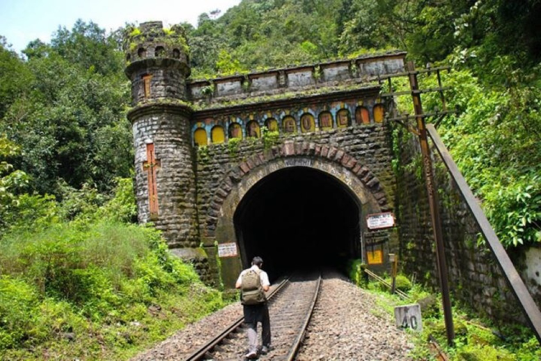 রেলপথে বম্বো টু গোয়া